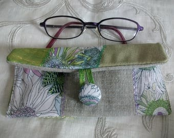 Glasses of liberty, green silk and linen pouch