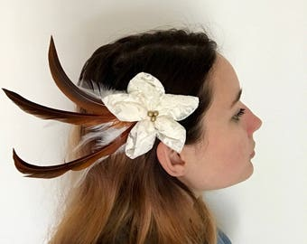 Hair flower in white lace and feathers