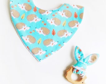 Lot ideal birthday gift, 0-18 months bandana bib and its matching organic teether rattle ❀ hedgehogs ❀