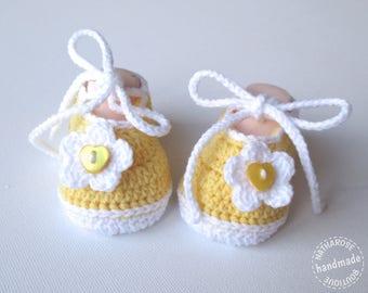 Chaussons bébé jaune fleur blanche