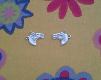 2 horse head charms in silver