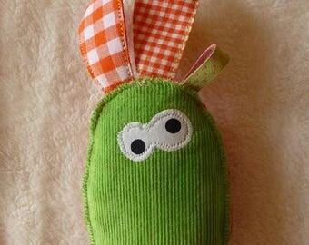 un petit doudou lapin-patate vert et orange rigolo et coloré