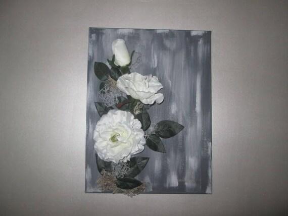 tableau avec fleurs artificielles rose blanche sur fond gris. Black Bedroom Furniture Sets. Home Design Ideas