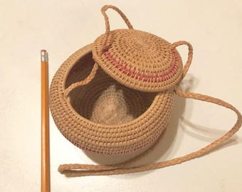 Wovan Basket with lid and string