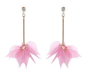 Boucle d'oreille doré pétale rose acrylique.