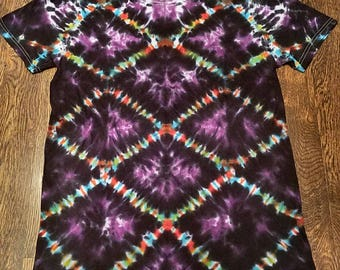 Tie dye! Diamond/chain link style psychedelic shirt