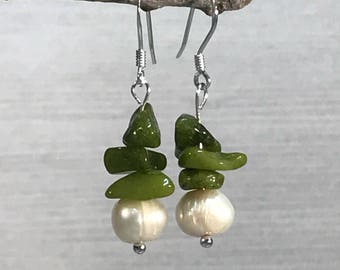 Green Quartz pearl Earrings, green stacked earrings, dainty earrings, green earrings, pearl earrings, green white earrings, quartz jewelry