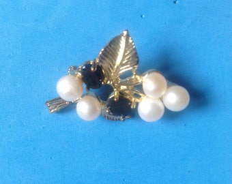 "Vintage! Gold tone pearl & faceted black stone grape design pin / pendant 1 1/4""x 1""."