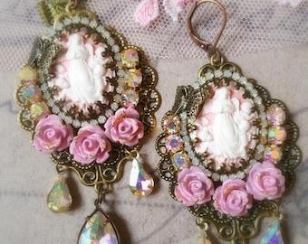 Boucles style victorien anges, camées rose  et cristal