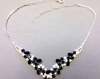 Parure étincelante, collier et boucles d'oreilles sertis de cristaux Swarovski sur métal argenté