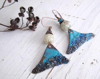 The Flight of Time for these chic shabby earrings with primitive artisanal enamel .....