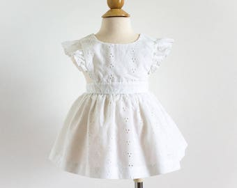 Vintage 1970s Girls Size 12M Dress / White Eyelet Cotton Pinafore Dress / w22 L15.5""