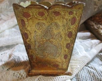 Vtg Mid Century Italian Florentine Shabby Gold Tole Wood Victorian Look Scallop Edge Designs Makeup Brushes Pen Pencil Utility Holder
