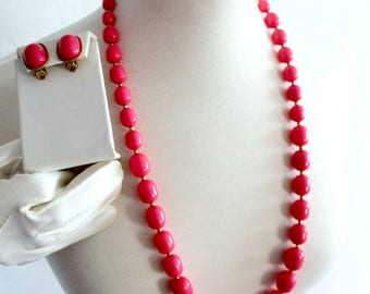 1950s hot pink chunky necklace & earring long length / retro matching set mid century fashion / large glass beads / pair clip-on earrings