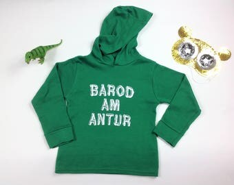 NEW Kidswear Green Long Sleeved Hoodie T-shirt Welsh Text Barod Am Antur Adventure White Ink Unisex