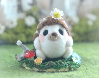 Needle felted hedgehog in woodland diorama, mini woodland animal home decor, happy hedgehog with daisy doll, gift under 30