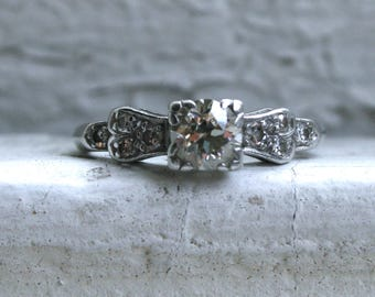 Beautiful Vintage Art Deco Diamond Platinum Engagement Ring.
