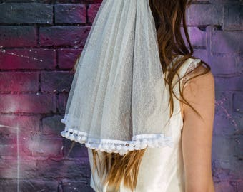 Mini veil in dotted tulle with pompoms finish. Boho, funny veil. Vintage inspired. Wedding veil. Short bridal veil.