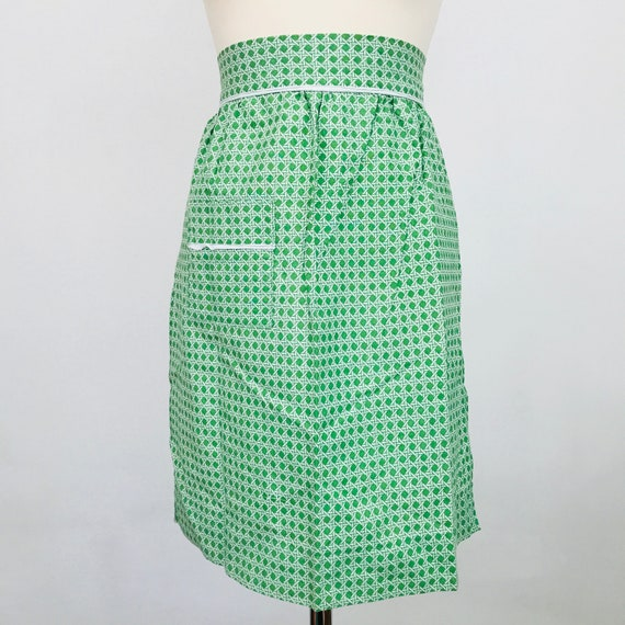 Novelty print cotton apron 1950s green white basket weave print fun kitchen pinafore half pinny original midcentury sewing 50s 60s gift