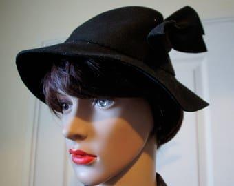 Genuine and vintage 1940s felt black hat.