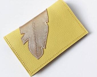 Porte-cartes 100% cuir jaune citron fait main orné d'une plume cuir or doublure tissus