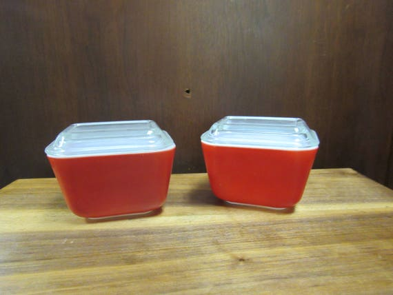 Pair Red pyrex single casserole dishes with lids