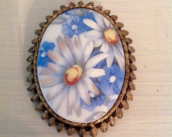 Unique vintage brooch......daisies......antique brass trim.......porcelain