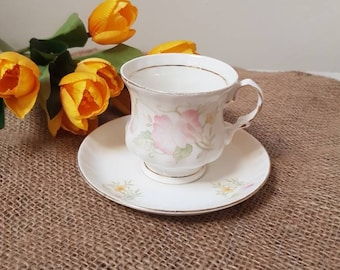 Balmoral Castle//Teacup and saucer//vintage//golden edge//flowers//English style//bone China//Missing tableware//Brocant