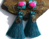 Boucles d'oreilles émail et textile, pompons bleu vert canard spirale cuivre rose vif bijou émail bohème gipsy boho chic ooak gypsy unique