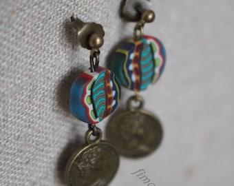 boucles d'oreilles  pendantes polymère multicolor et pièce