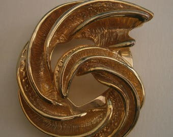 D168) A lovely vintage gold tone metal ribbed abstract coil shell or horn shaped brooch scarf clip