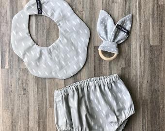 Pack cadeau de naissance original - neutre - imprimé plumes et étoiles - gris et blanc - bloomer + anneau de dentition + bavoir