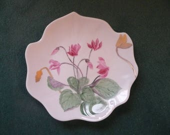 Plate Ivy: cyclamen and gold