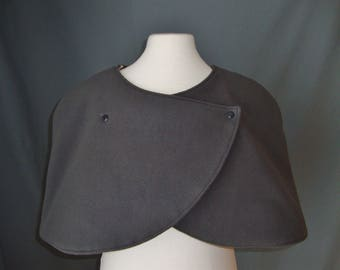 Dark gray and cotton fleece mini cape gray with beige dots closed by pressure.