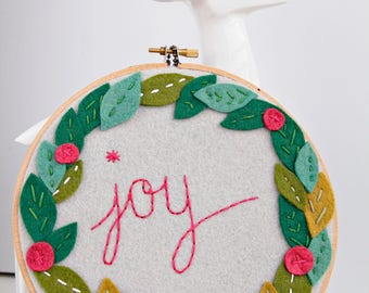 Christmas Decor / Joy Embroidery Hoop Art / Christmas Wreath / Holiday Decoration / Felt Wreath with Berries / Personalization Available