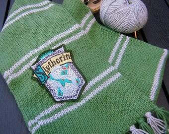 Fan Strick Schal, Harry Potter inspiriert,grün, silbergrau, Hogwarts,gesticktes Patch, handgestrickt