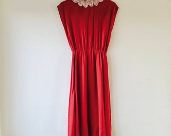 1950s red dress with creme crochet collar.// Fits a size small - medium