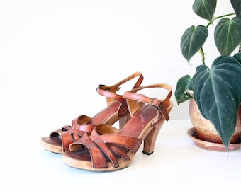 1970s whiskey brown leather wood sole heels - studded - boho  bohemian sandals - strappy clogs - size 4.5 / 5