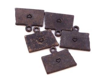 2x Antique Brass / Brown Patina North Dakota State Charms w/ Hearts - M073/H/AB-ND