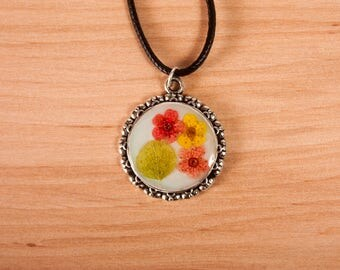 Pendant with dried flowers,  pressed flowers, pressed flower, flower necklace, dried flower jewelry, botanical jewellery, resin necklace