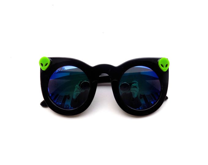 Funky space babe sunnies! Simple cateye sunglasses with tiny green aliens, embellished sunnies perfect for music festivals