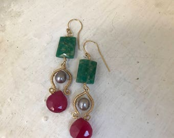 Goldfilled 14k, green amazonite, grey pearl and ruby. 5,5 cm