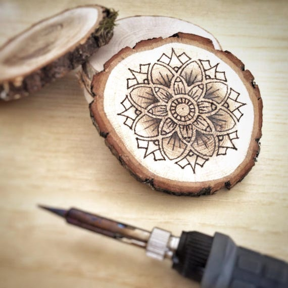 Mandala disegno fatto a mano su legno pirografia bruciatura - Decorazioni pirografo ...