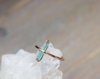 Raw Emerald Ring. Rose Gold Fill Gemstone Ring. Minimal Delicate May Birthstone. Green Stone Ring. Gift for Girlfriend. Raw Stone Gift Her