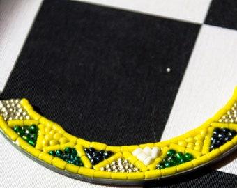 collier plastron en perles, bijoux recyclage boîte à tabac couleur jaune, bijoux Gwenda'ailes