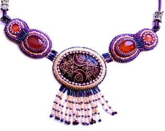 Collier plaque émaillée, agates et perles brodées violet et orange, collier perles brodées, bijou créateur français