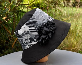 "Cape Hat wide brim black & white printed cotton ""movies"" with decorative flower - size L 58-59cm"