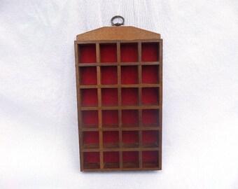 """Dedal madera soporte, 24 sección pared miniatura exhibición terciopelo rojo, caso de la guarnición, 10 """"x 6"""" x 1,5"""", excelente estado Vintage, 2 en Stock!"""