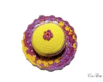 Yellow and Purple crochet hat pincushion, cappellino puntaspilli giallo e viola all'uncinetto