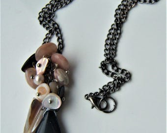 Drop necklace with a sand of agate and mother of Pearl chips and synthetic stone